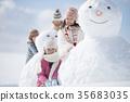 눈사람 주위에서 미소 초등학생 35683035