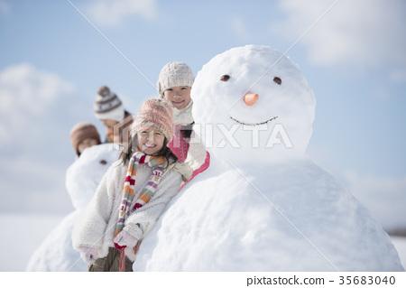 눈사람 주위에서 미소 초등학생 35683040