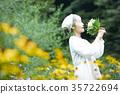 嗅到花的气味的资深妇女 35722694