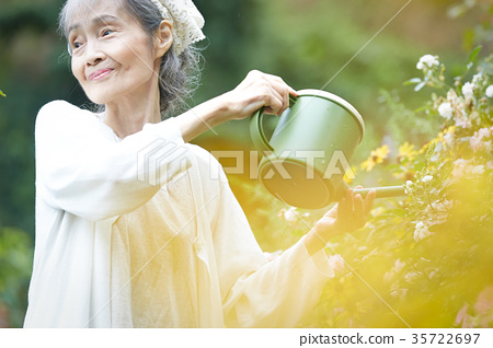 高级女人浇水 35722697