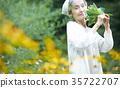 嗅到花的气味的资深妇女 35722707