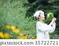 嗅到花的气味的资深妇女 35722721