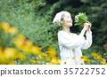 嗅到花的气味的资深妇女 35722752