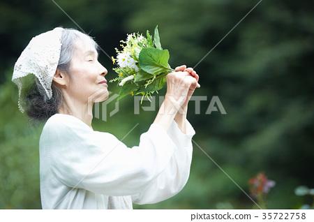 嗅到花的气味的资深妇女 35722758