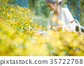 采摘花的资深夫人在庭院里 35722768