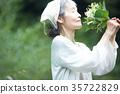嗅到花的气味的资深妇女 35722829