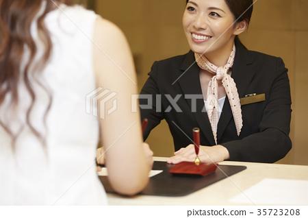 호텔에서 일하는 여성 프론트 35723208