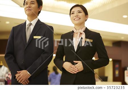 호텔에서 일하는 남성과 여성 35723235