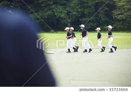 男孩棒球練習運行 35723668