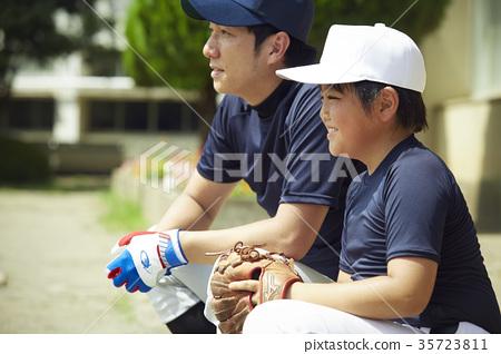 男孩棒球練習導演和男孩 35723811