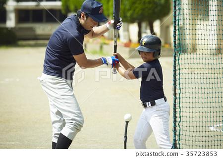 男孩棒球男孩練習擊球 35723853
