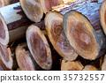 쌓인 건축용 목재 잘게 종류를 모르는 나무 목재 통나무 35732557