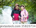 戶外遷徙的微笑的資深夫婦 35820734