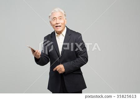 스마트폰, 통화하는 건강한 노인의 포트레이트 35825613