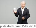 스마트폰, 통화하는 건강한 노인의 포트레이트 35825618
