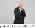 스마트폰, 통화하는 건강한 노인의 포트레이트 35825624