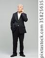 스마트폰, 통화하는 건강한 노인의 포트레이트 35825635
