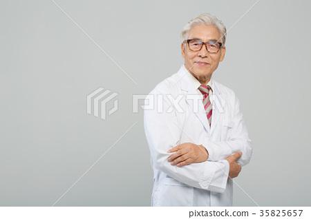 의사, 건강한 노의사의 포트레이트 35825657