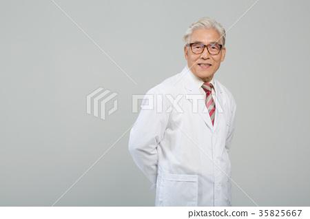 의사, 건강한 노의사의 포트레이트 35825667