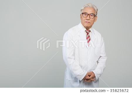 의사, 건강한 노의사의 포트레이트 35825672