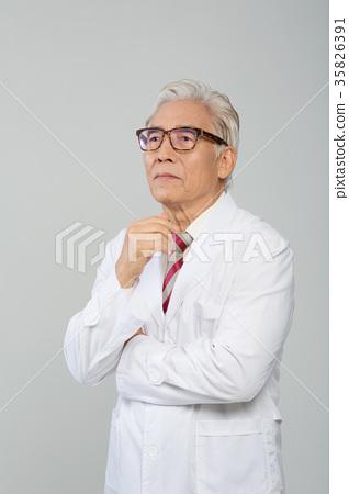 의사, 건강한 노의사의 포트레이트 35826391