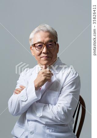 의사, 건강한 노의사의 포트레이트 35826411