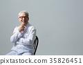 의사, 건강한 노의사의 포트레이트 35826451