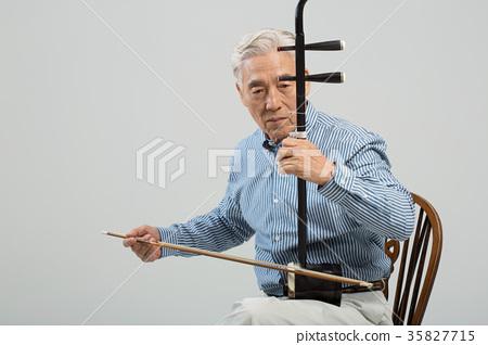 취미생활하는 건강한 노인의 포트레이트 35827715