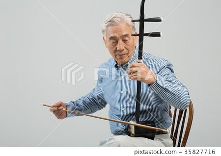 취미생활하는 건강한 노인의 포트레이트 35827716
