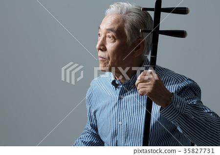 취미생활하는 건강한 노인의 포트레이트 35827731