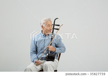 취미생활하는 건강한 노인의 포트레이트 35827739