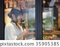 카페에서 식사를하는 여성 35905385