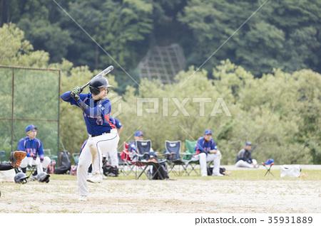 在壘球比賽中活躍的好青年 35931889