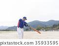 好年轻人以美丽的击球形式摆动 35933595