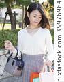 一個年輕成年女性 女生 女孩 35976984
