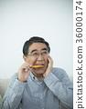 ชายอาวุโสที่กินข้าวเกรียบยาก 36000174