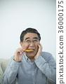 ชายอาวุโสที่กินข้าวเกรียบยาก 36000175