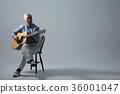취미생활하는 건강한 노인의 포트레이트, 기타연주 36001047