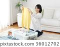 옷을 정리하는 여성 36012702