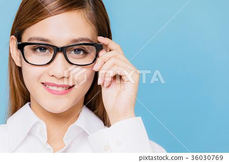 戴眼鏡的女人 36030769