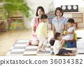 幼儿园老师和孩子们玩 36034382