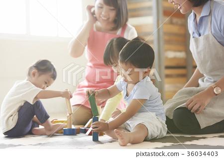 놀고있는 보육사와 아이 36034403