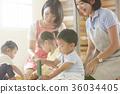 幼儿园老师和孩子们玩 36034405