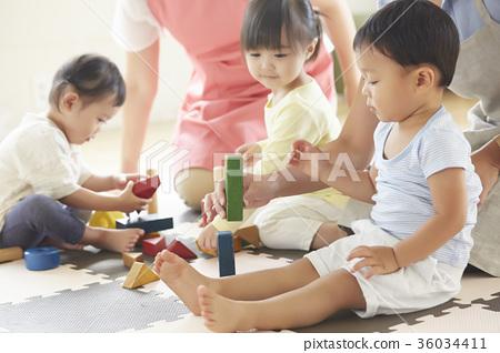 幼兒園老師和孩子們玩 36034411