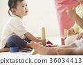 幼儿园老师和孩子们玩 36034413