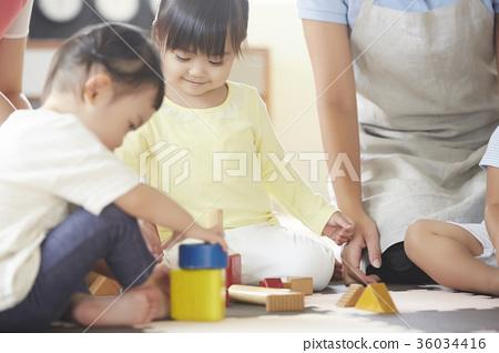 幼儿园老师和孩子们玩 36034416