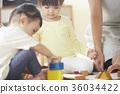 幼儿园老师和孩子们玩 36034422