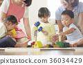 幼儿园老师和孩子们玩 36034429
