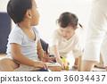 幼儿园老师和孩子们玩 36034437