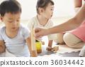 幼儿园老师和孩子们玩 36034442